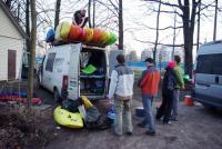 Погрузка. Много лодок, много весел и еще больше разного барахла.