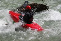 Попытка выбить лодочку другим каяком.