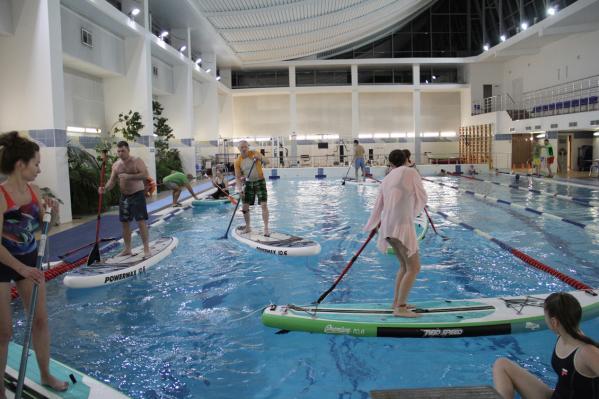 На фото: SUP вечеринка в бассейне.