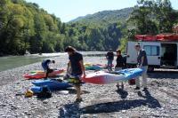 Осенний Кавказ 2013, учебно-тренировочный выезд. Разгружаем лодочки перед тренировкой.