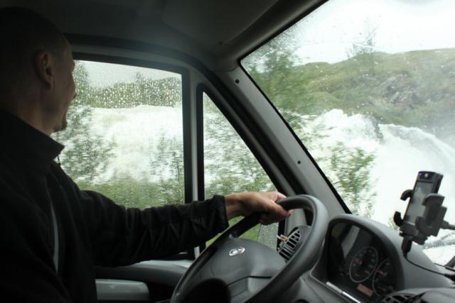 Выезд в Норвегию, 2013. Дорога через перевал. Дождь. Вода кругом. До водопадов можно достать рукой прямо из машины.