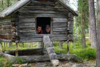 ШВЕЦИЯ, Piteälven (Trollforsarna), 2012. Довольные атлеты в избушке.