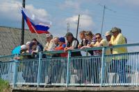 Местные жители пришли поддержать участников соревнований.